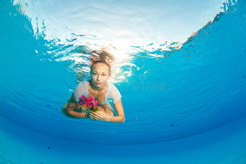 Υποβρύχιο πορτρέτο με το λουλούδι στοκ εικόνα με δικαίωμα ελεύθερης χρήσης