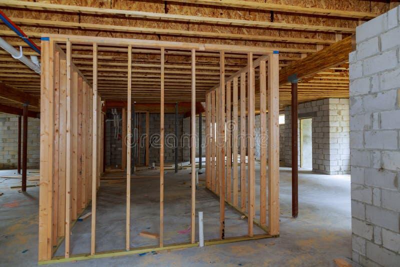 Υπογείων εσωτερική νέα εγχώρια κατασκευή ανακαίνισης τοίχων πλαισιώνοντας στοκ εικόνα
