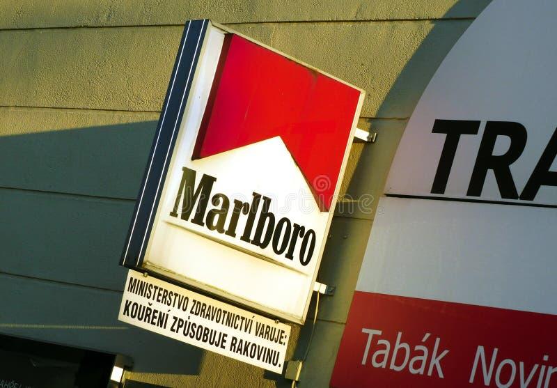 Υπογράφει της επιχείρησης του Marlboro επάνω από τη στάση ειδήσεων με μια προειδοποίηση στοκ εικόνες