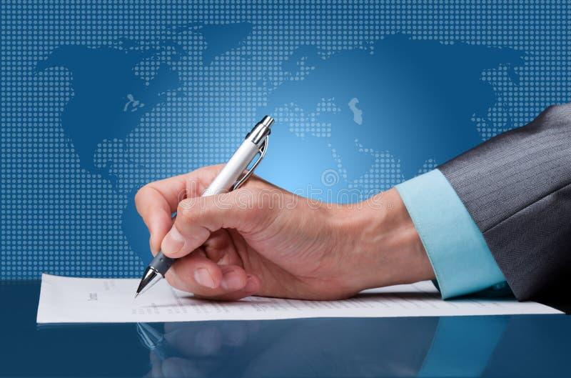 υπογράψτε μια σύμβαση στοκ φωτογραφία