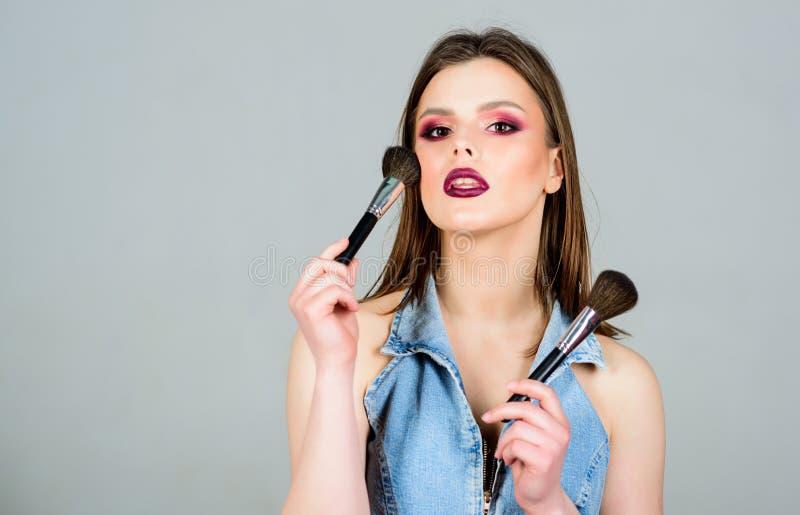 Υπογραμμίστε τη θηλυκότητα Έννοια καλλιτεχνών Makeup i Να φανεί καλός και αίσθημα βέβαιος makeup στοκ εικόνα με δικαίωμα ελεύθερης χρήσης