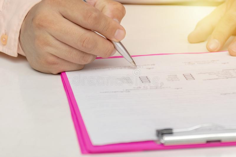 υπογραφή ατόμων επιχειρη&sig στοκ εικόνα