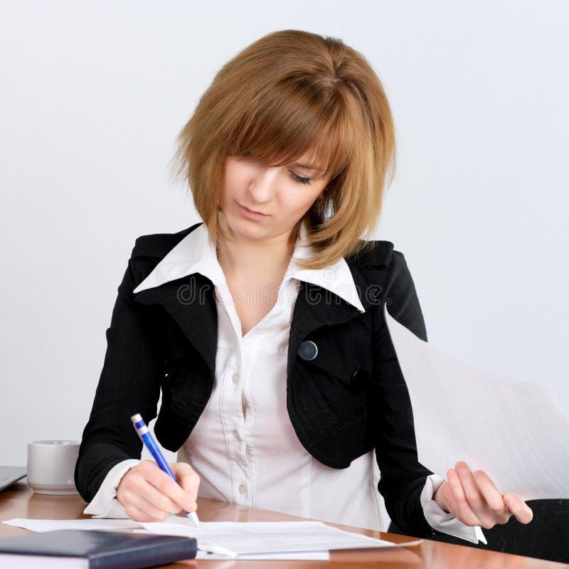 υπογραφή εγγράφων επιχε&io στοκ εικόνα με δικαίωμα ελεύθερης χρήσης
