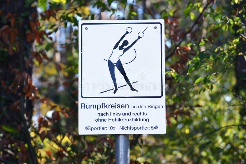 Υπογραφή με αθλητική εργασία και εξήγηση στο μονοπάτι φυσικής κατάστασης που ονομάζεται 'Trimm-dich-Pfad' στο δάσος στη Γερμανία στοκ φωτογραφία με δικαίωμα ελεύθερης χρήσης