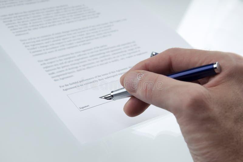 υπογραφή συμβάσεων στοκ φωτογραφίες με δικαίωμα ελεύθερης χρήσης