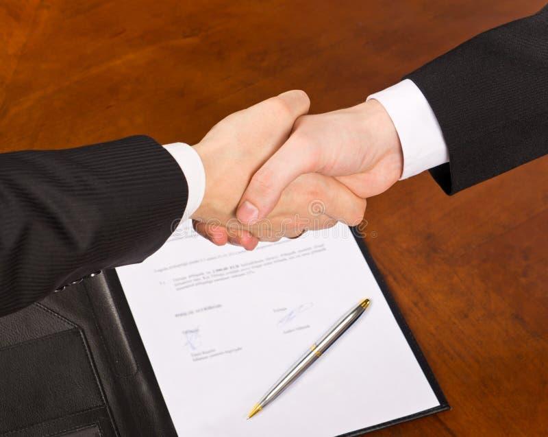 υπογραφή συμβάσεων στοκ φωτογραφίες