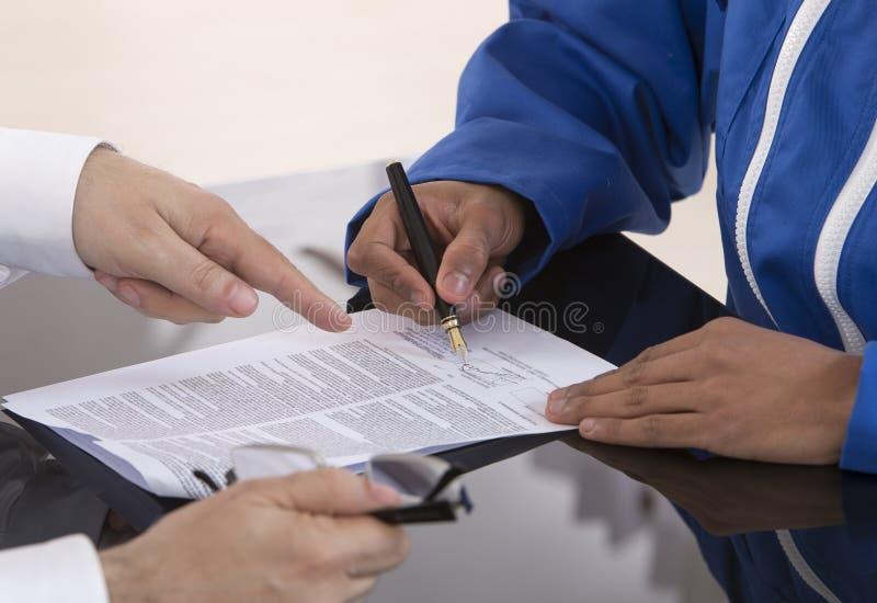 Υπογραφή της σύμβασης εκμάθησης στοκ εικόνες με δικαίωμα ελεύθερης χρήσης