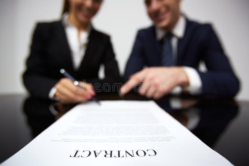 Υπογραφή της σύμβασης στοκ εικόνες με δικαίωμα ελεύθερης χρήσης