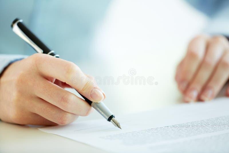 Υπογραφή της σύμβασης στοκ φωτογραφία με δικαίωμα ελεύθερης χρήσης