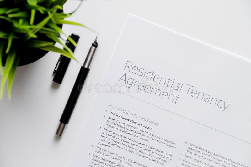Υπογραφή της τοπ άποψης συμφωνίας σχετικά με το άσπρο υπόβαθρο στοκ φωτογραφία με δικαίωμα ελεύθερης χρήσης