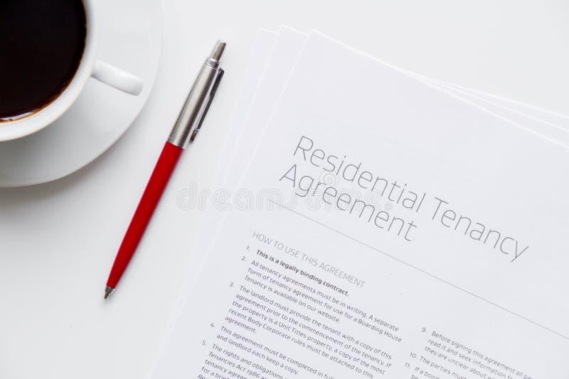 Υπογραφή της τοπ άποψης συμφωνίας σχετικά με το άσπρο υπόβαθρο στοκ φωτογραφίες