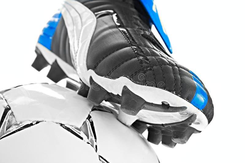 Υποδήματα και σφαίρα ποδοσφαίρου στοκ εικόνες