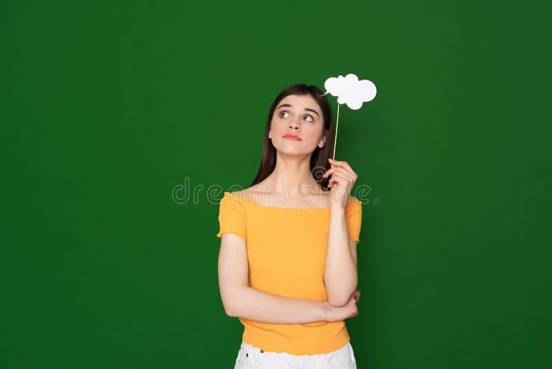 Υποθεμένο νέο κορίτσι με το δείγμα εγγράφου των σκέψεων στοκ εικόνα με δικαίωμα ελεύθερης χρήσης
