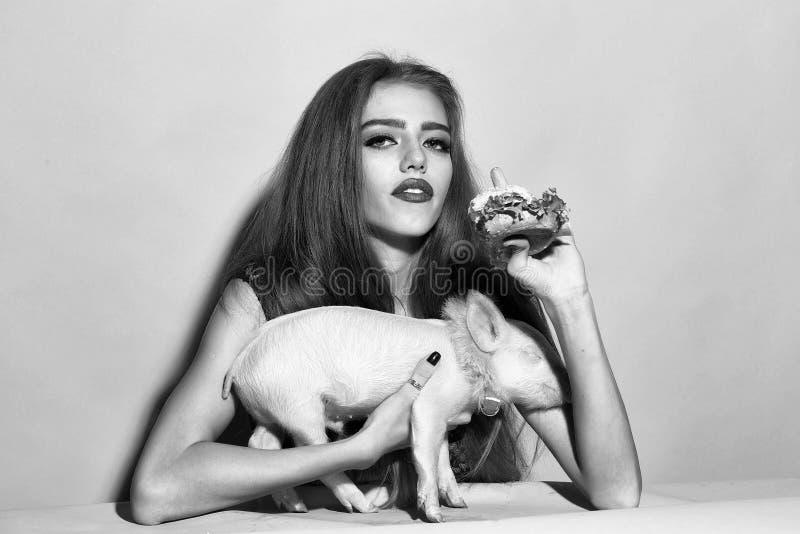 υποκρισία Κορίτσι που τρώει burger με το χοίρο στοκ εικόνες