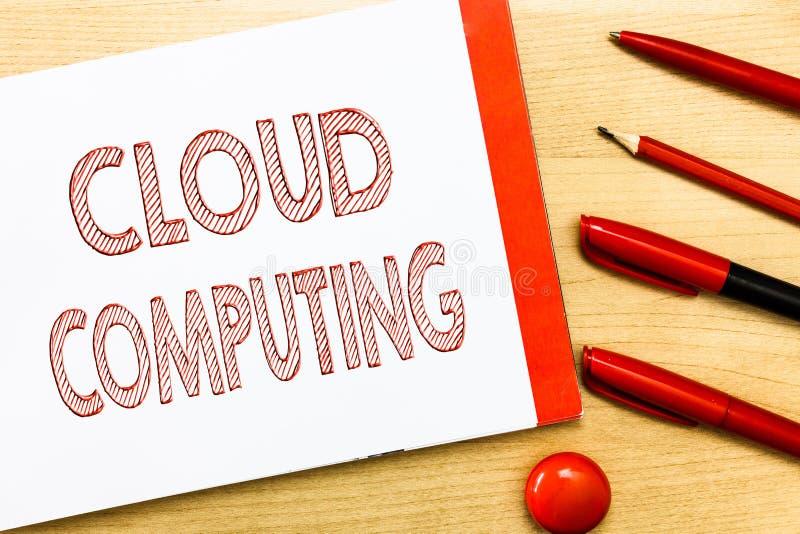 Υπολογισμός σύννεφων γραψίματος κειμένων γραφής Έννοια που σημαίνει τη χρήση ένα δίκτυο των μακρινών κεντρικών υπολογιστών που φι στοκ εικόνα