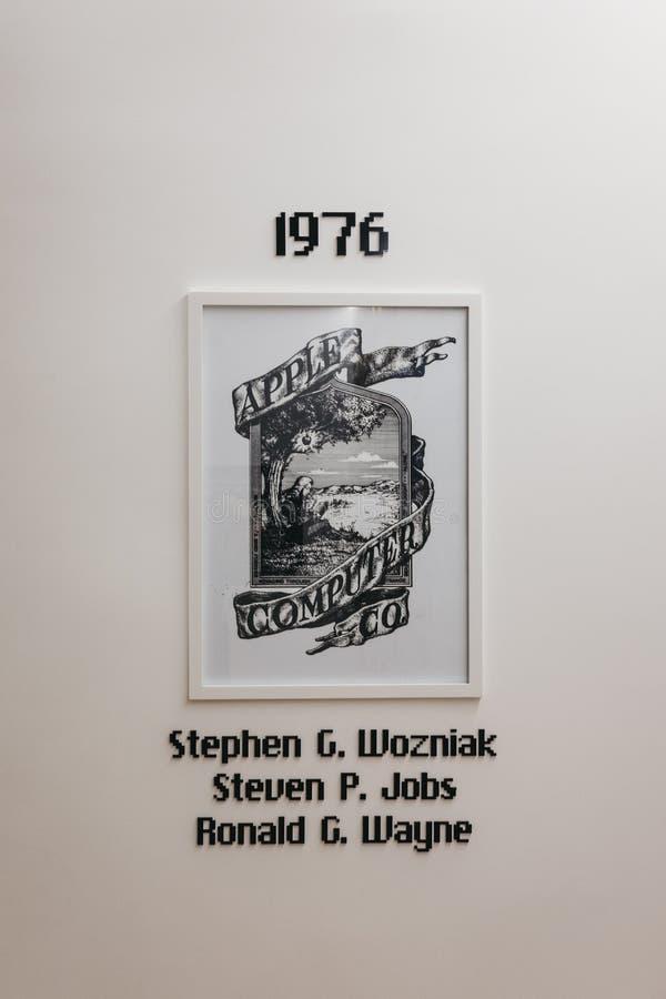 """Υπολογιστές της Apple & λογότυπο κοβαλτίου, έτος σχηματισμού και ονόματα ιδρυτών """"στο μουσείο της Apple στην Πράγα, Δημοκρατία τη στοκ φωτογραφίες"""