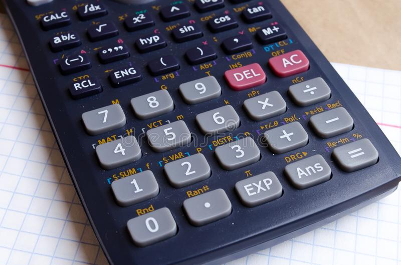 Υπολογιστής Μαθηματικά Σχολικοί υπολογισμοί Δύο και τέσσερα Σημειωματάριο Bugtery Γραφείο για να εργαστεί στο γραφείο Σχολικές πρ στοκ εικόνες
