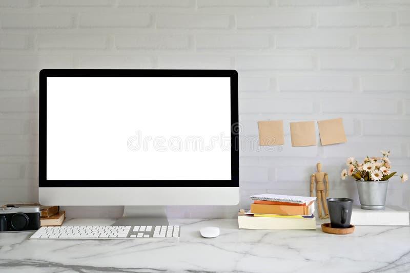 Υπολογιστής με άδεια οθόνη Workspace με Creative Βοηθητικός εξοπλισμός σε μαρμΠστοκ φωτογραφία με δικαίωμα ελεύθερης χρήσης
