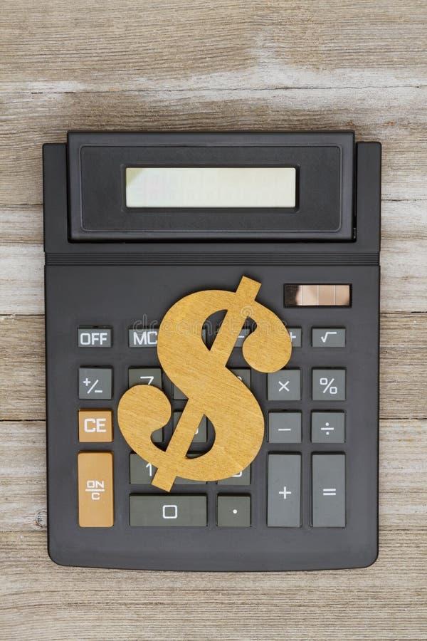Υπολογιστής με ένα σημάδι δολαρίων στο ξεπερασμένο ξύλο στοκ εικόνα με δικαίωμα ελεύθερης χρήσης
