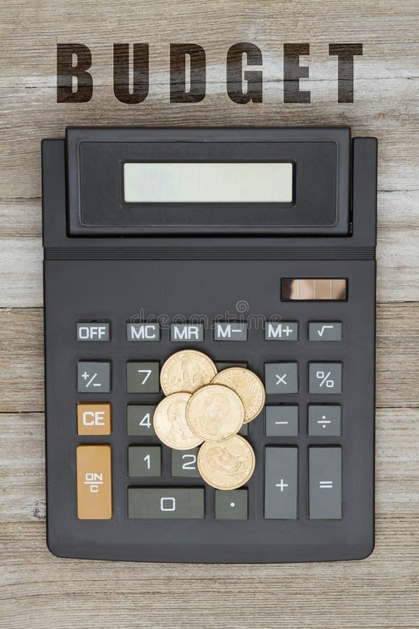 Υπολογιστής με ένα χρυσό νόμισμα δολαρίων στο ξεπερασμένο ξύλο στοκ εικόνες
