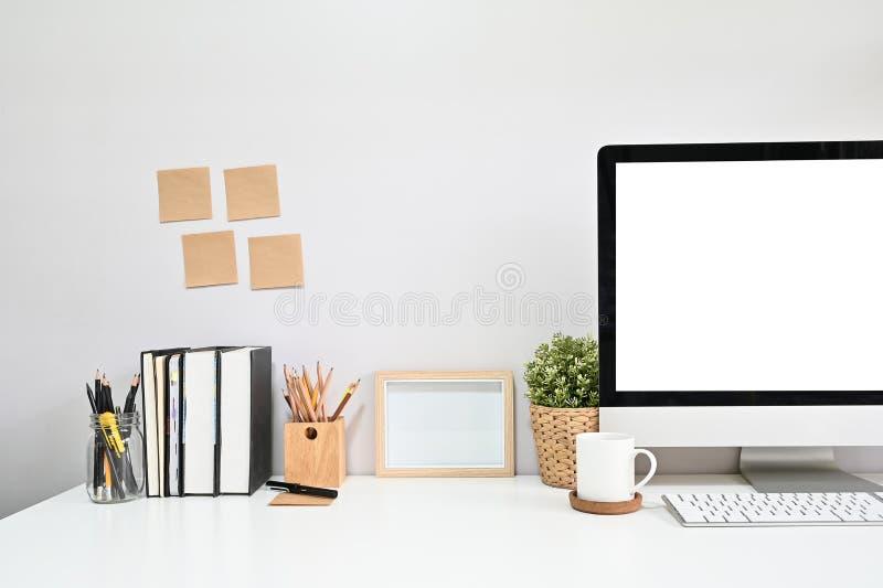Υπολογιστής με κόψιμο στο χώρο εργασίας με καφέ, βιβλίο, μολύβι και σημΠστοκ εικόνες