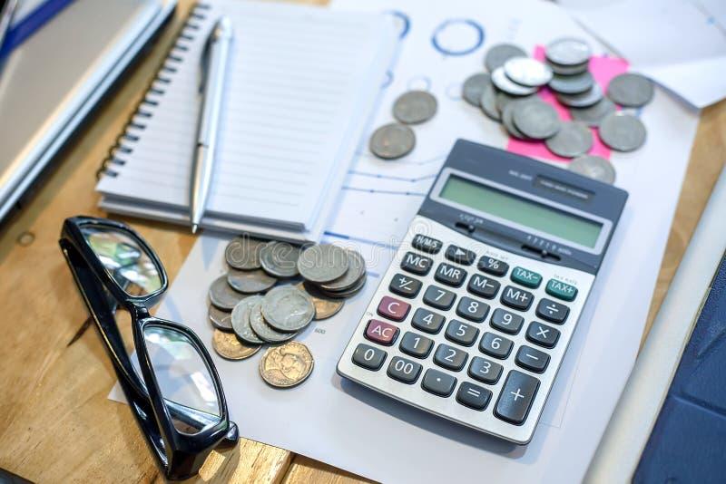 Υπολογιστής, σημειωματάριο, μάνδρα, νομίσματα στο γραφείο του στοκ φωτογραφίες με δικαίωμα ελεύθερης χρήσης