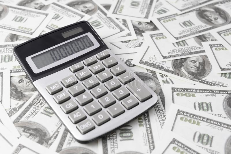 Υπολογιστής στους λογαριασμούς δολαρίων στοκ εικόνες με δικαίωμα ελεύθερης χρήσης