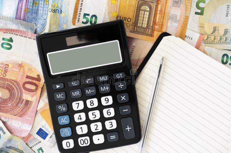 Υπολογιστής τσεπών με τους ευρο- λογαριασμούς και τα νομίσματα στο υπόβαθρο στοκ φωτογραφία με δικαίωμα ελεύθερης χρήσης