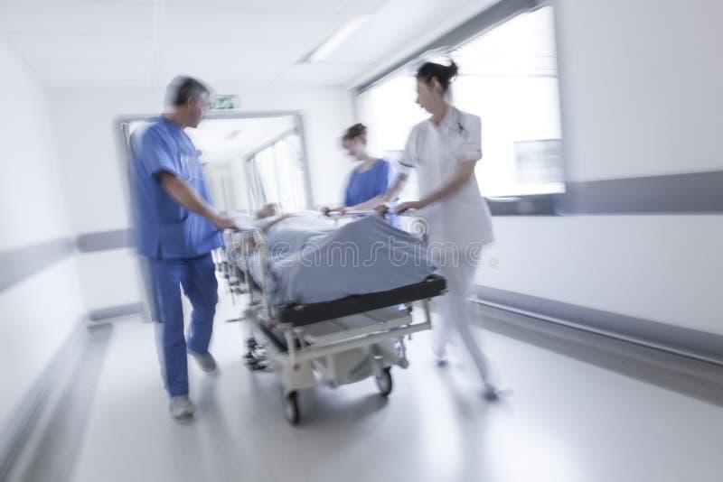 Υπομονετική έκτακτη ανάγκη νοσοκομείων Gurney φορείων θαμπάδων κινήσεων στοκ φωτογραφίες