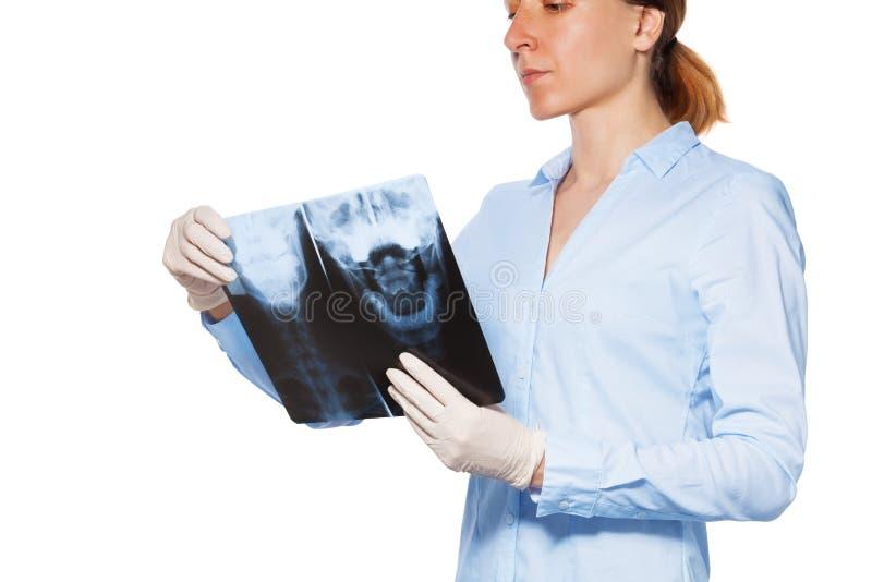 Υπομονετική ακτίνα X λαβής γιατρών γυναικών με το κεφάλι και τα δόντια στοκ φωτογραφία με δικαίωμα ελεύθερης χρήσης