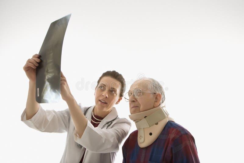υπομονετική ακτίνα γιατρών που εμφανίζει Χ στοκ φωτογραφίες