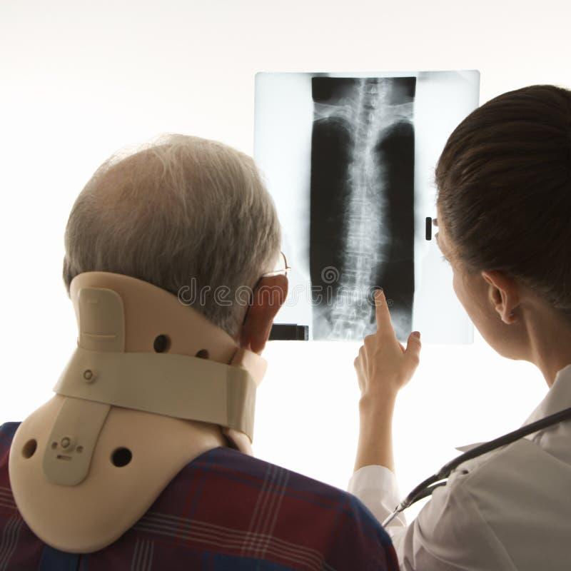 υπομονετική ακτίνα γιατρών που εμφανίζει Χ στοκ εικόνες