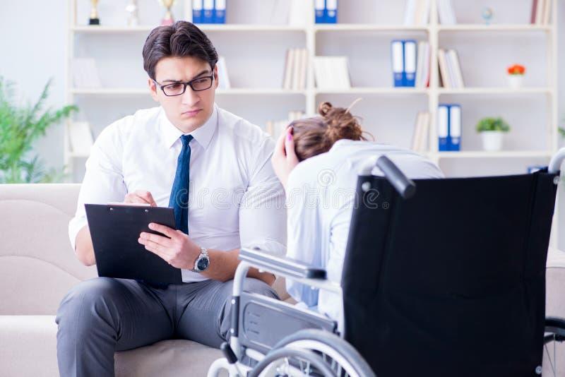 Υπομονετικός επισκεπτόμενος ψυχοθεραπευτής για να εξετάσει τις συνέπειες του TR στοκ φωτογραφία με δικαίωμα ελεύθερης χρήσης