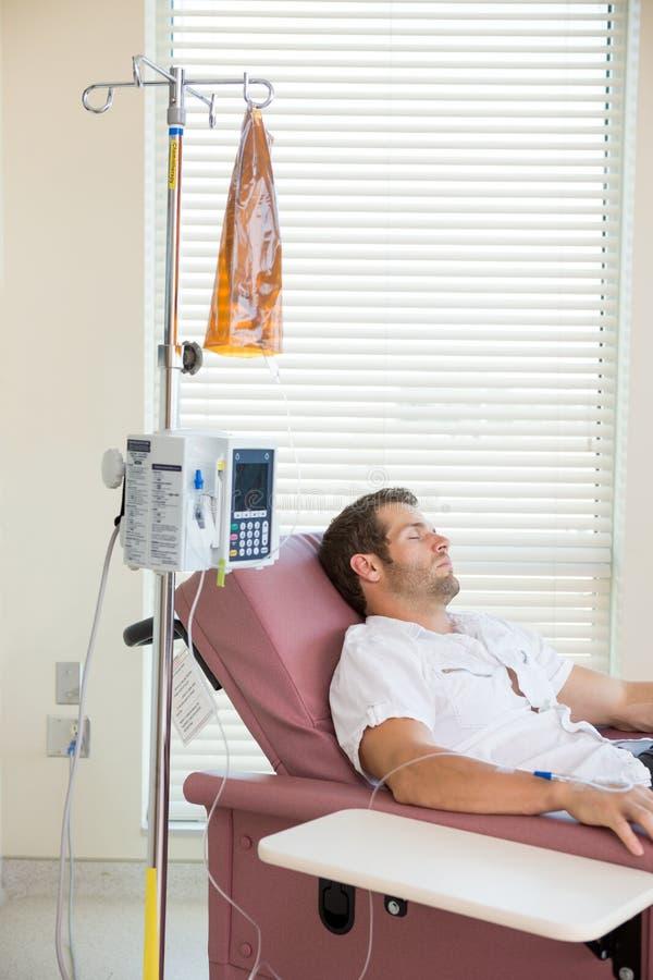 Υπομονετικός ύπνος λαμβάνοντας τη χημειοθεραπεία στοκ φωτογραφία με δικαίωμα ελεύθερης χρήσης