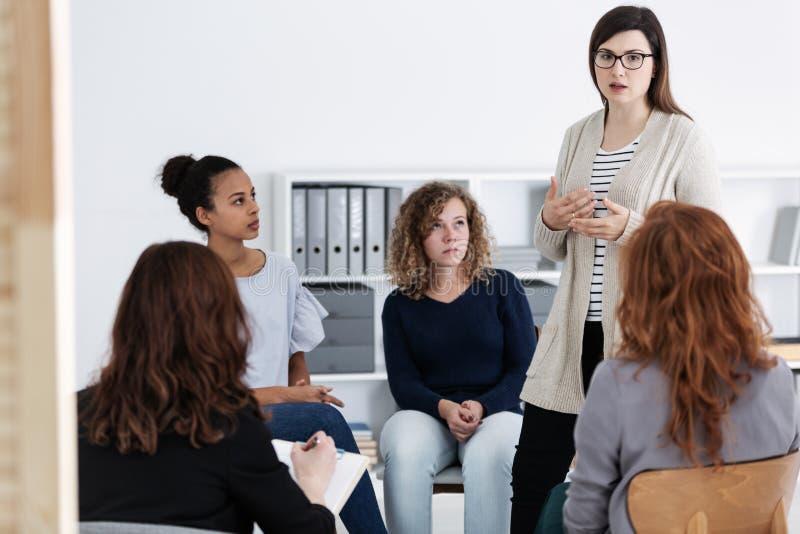 Υποστήριξη του ενός τον άλλον κατά τη διάρκεια της συνεδρίασης της ομάδας ψυχοθεραπείας στοκ εικόνα με δικαίωμα ελεύθερης χρήσης