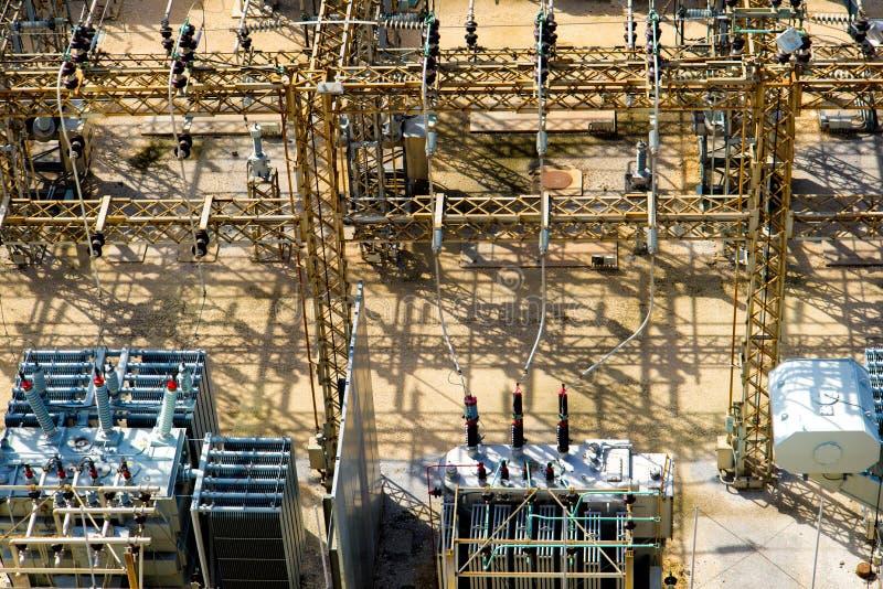 Υποσταθμός ηλεκτρικής δύναμης, μετασχηματιστές, μονωτές στοκ φωτογραφία με δικαίωμα ελεύθερης χρήσης
