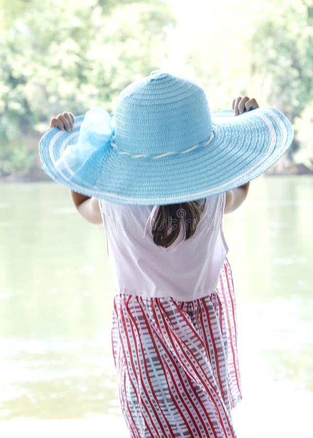 Υποστηρίξτε λίγο ασιατικό κορίτσι υπαίθρια το καλοκαίρι στοκ φωτογραφία