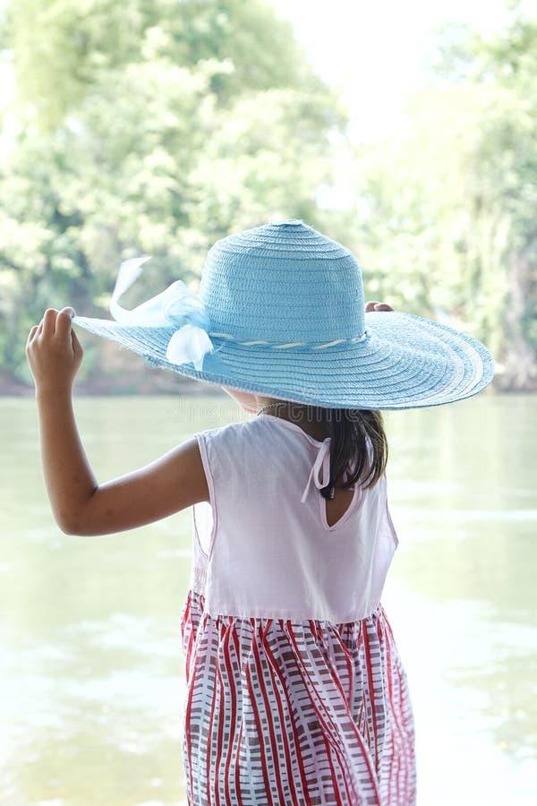 Υποστηρίξτε λίγο ασιατικό κορίτσι υπαίθρια το καλοκαίρι στοκ εικόνες με δικαίωμα ελεύθερης χρήσης