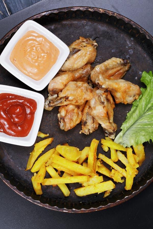 Υποστηριγμένα πικάντικα φτερά με τα γενικά έξοδα τσιπ στοκ φωτογραφία με δικαίωμα ελεύθερης χρήσης