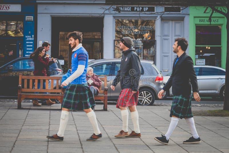 Υποστηρικτές ράγκμπι στο Εδιμβούργο, Σκωτία Οι νέοι που περπατούν πριν από το ράγκμπι ταιριάζουν με στοκ εικόνες
