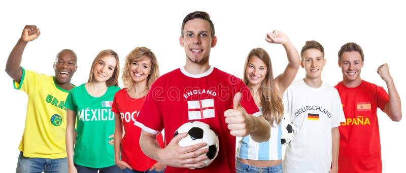 Υποστηρικτής ποδοσφαίρου από την Αγγλία με τους ανεμιστήρες από άλλες χώρες στοκ φωτογραφία με δικαίωμα ελεύθερης χρήσης