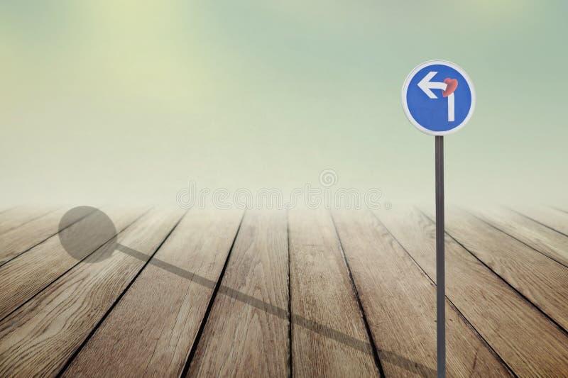 Υποχρεωτικό σημάδι κατεύθυνσης με μια καρδιά στο πράσινο υπόβαθρο στοκ εικόνα με δικαίωμα ελεύθερης χρήσης