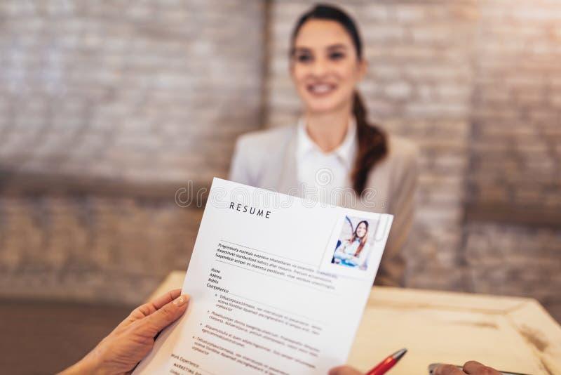 Υποψήφιοι εργασίας που έχουν τη συνέντευξη στοκ εικόνες