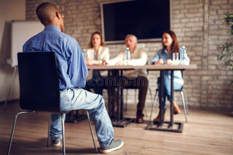 Υποψήφιος για τη συνέντευξη εργασίας με την ομάδα επιχειρηματιών στοκ εικόνες