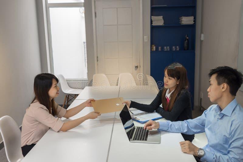Υποψήφιος που υποβάλλει το σχεδιάγραμμα στο τμήμα πρόσληψης στη συνέντευξη στοκ εικόνα