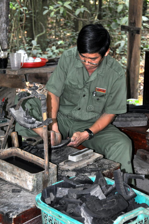 Υποδηματοποιός που χρησιμοποιεί τα ελαστικά αυτοκινήτου για τα παπούτσια του στοκ φωτογραφίες με δικαίωμα ελεύθερης χρήσης