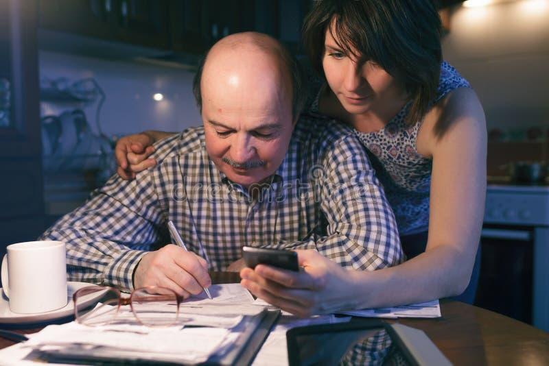 Υπολογίστε τα έσοδα και τα έξοδα στο οικογενειακό προϋπολογισμό στοκ φωτογραφίες με δικαίωμα ελεύθερης χρήσης
