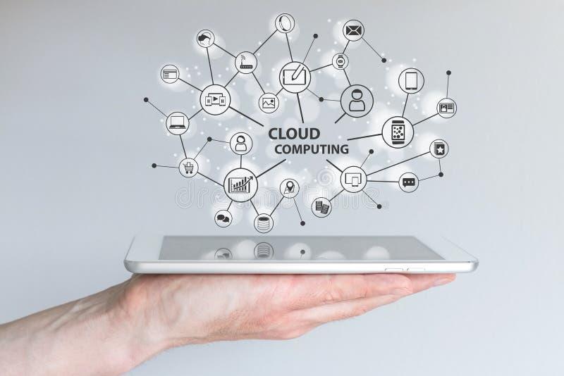 Υπολογισμός σύννεφων και κινητή έννοια υπολογισμού Ταμπλέτα εκμετάλλευσης χεριών ή έξυπνο τηλέφωνο στοκ εικόνα με δικαίωμα ελεύθερης χρήσης