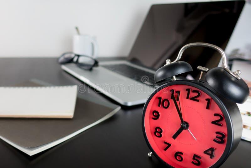 Υπολογιστής γραφείου εκπαίδευσης με τον υπολογιστή και το ξυπνητήρι στοκ φωτογραφία