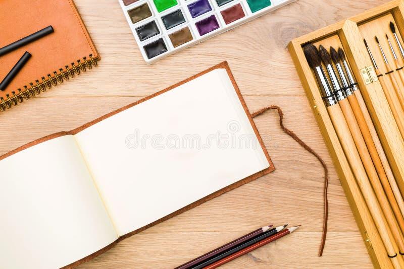 Υπολογιστής γραφείου με το σημειωματάριο και το χρώμα στοκ εικόνα